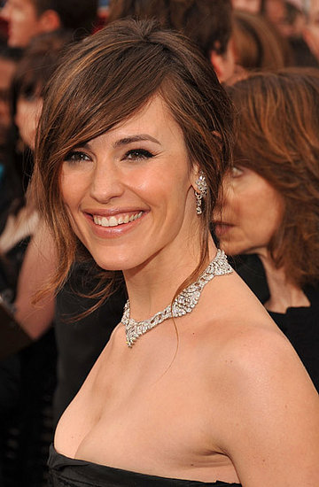 jennifer garner hairstyles with bangs. Jennifer went rather simple