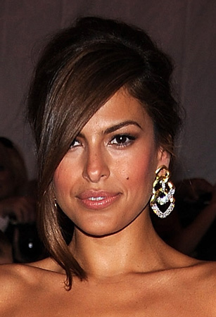 Tonight Eva Mendes was sporting some of the longest side swept bangs I've