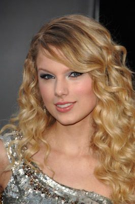 http://images.teamsugar.com/files/upl1/2/20652/47_2008/39d027972fb9b121_taylor-swift-american-music-awards.jpg