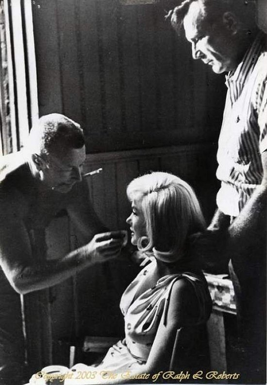 """Whitey"" doing Marilyn's make-up on the set of Misfits"