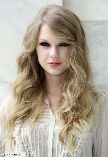taylor swift with bangs and straight. Taylor Swift ditched her curly